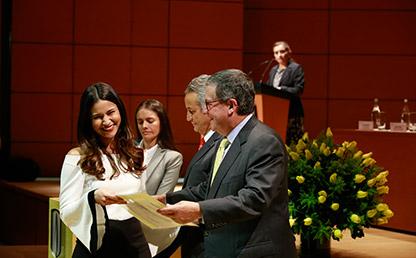 Rector Uniandes entrega diploma a graduanda