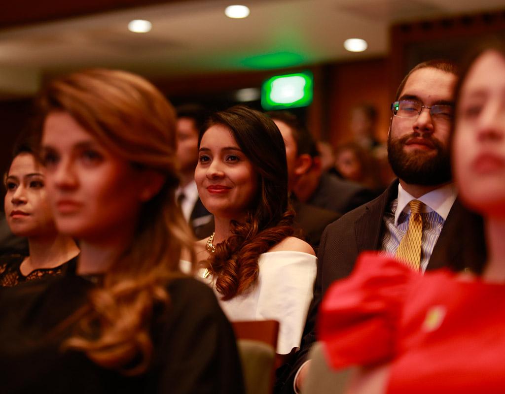 Personas sentadas en auditorio de la Universidad de los Andes