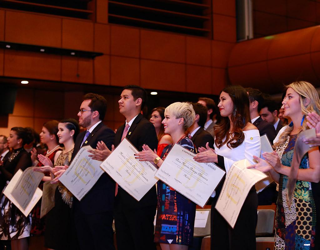 Nuevos médicos de la Universidad de los Andes tras recibir su diploma de grado