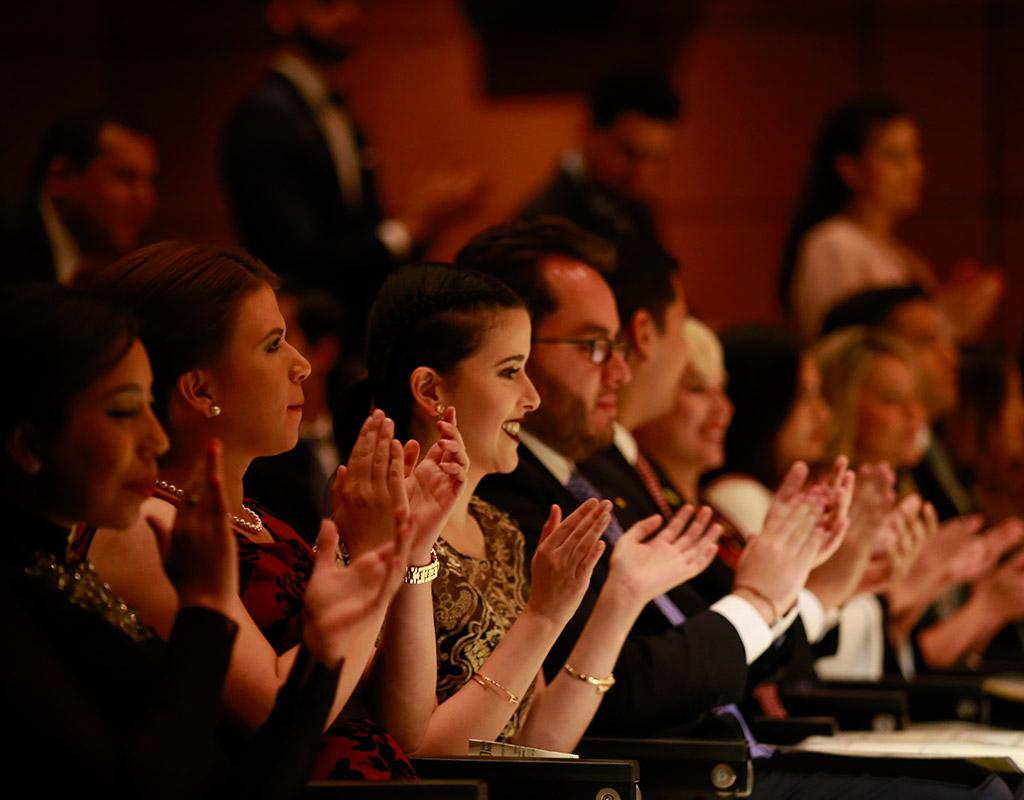Graduandos aplauden en auditorio de Uniandes