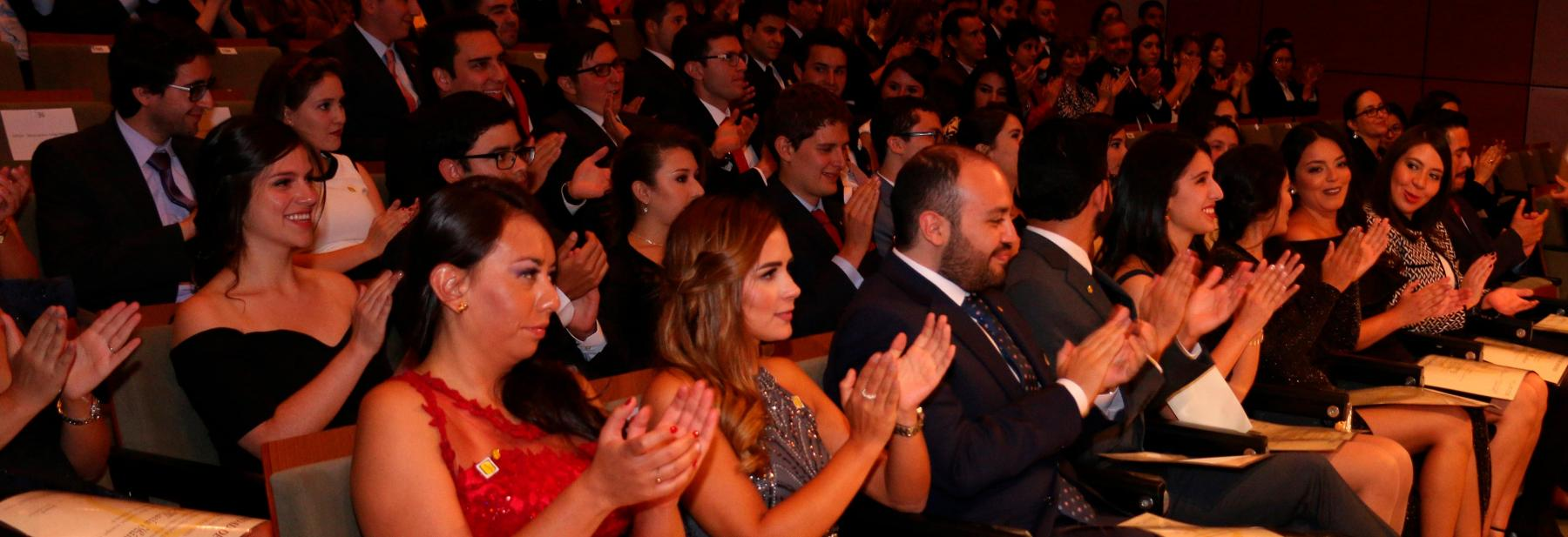 Graduandos aplauden durante la ceremonia de grados.