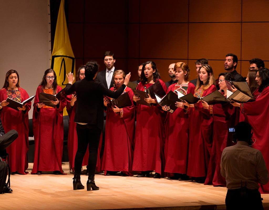 Miembros del coro de la Universidad de los Andes durante su presentación en la ceremonia de grados de Medicina 2018-1.