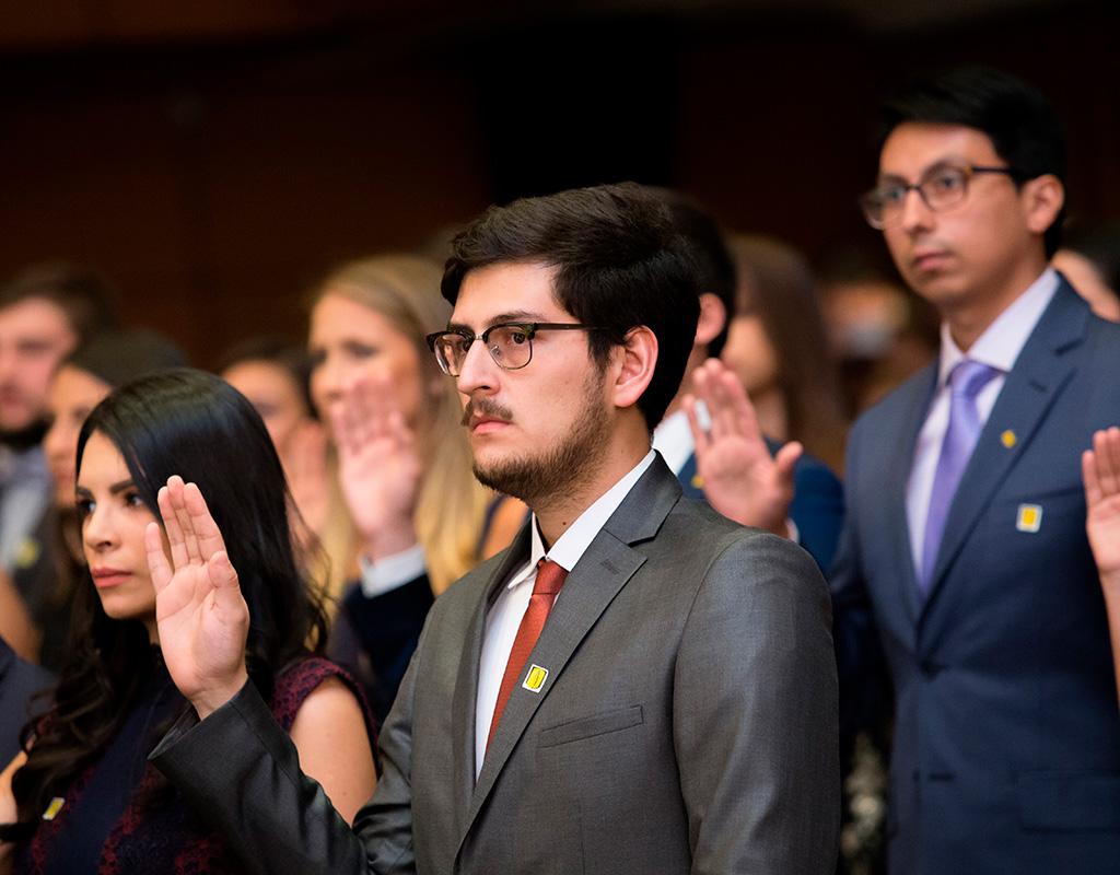 Algunos graduandos durante la toma del juramento en la ceremonia de grados de Medicina 2018-1.