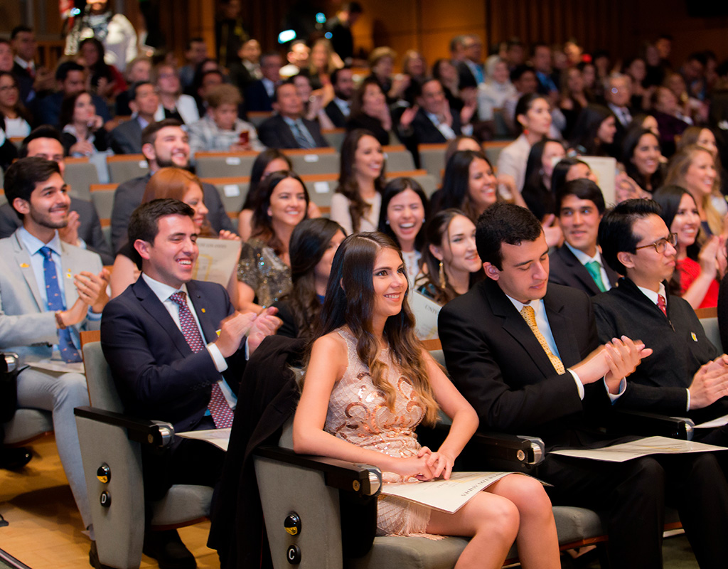 Algunos graduandos durante la ceremonia de grados de Medicina 2018-1.