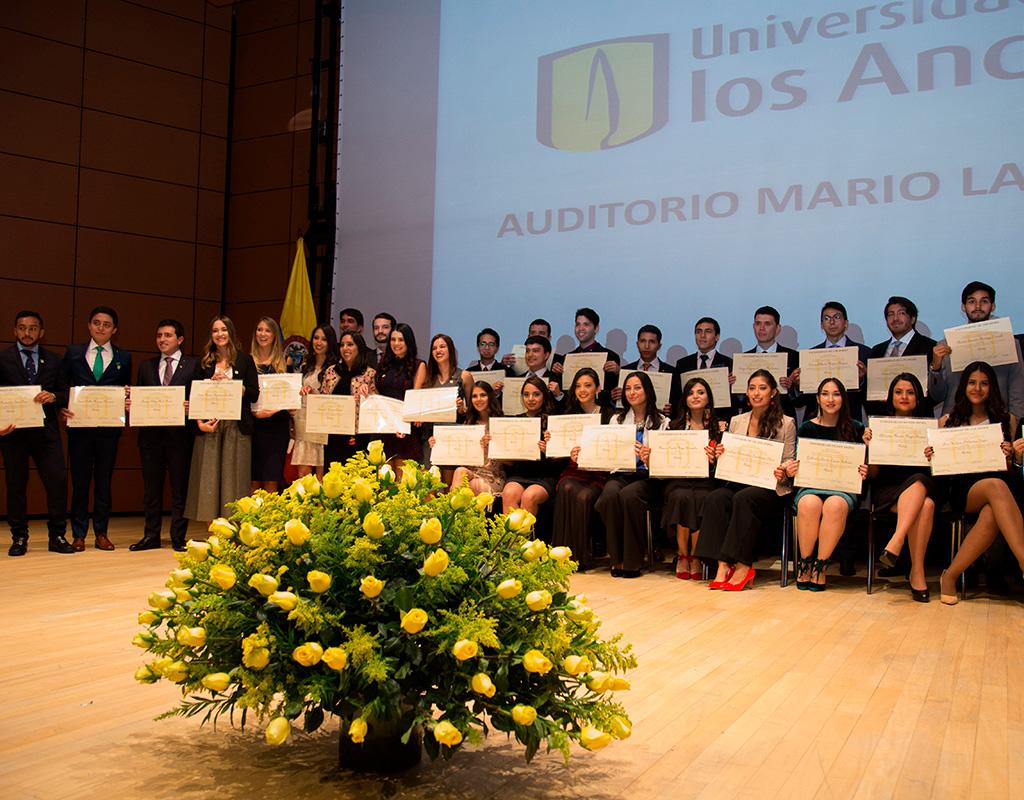 Graduandos de la Facultad de Medicina presentando su diploma en la ceremonia de grados 2018-1.