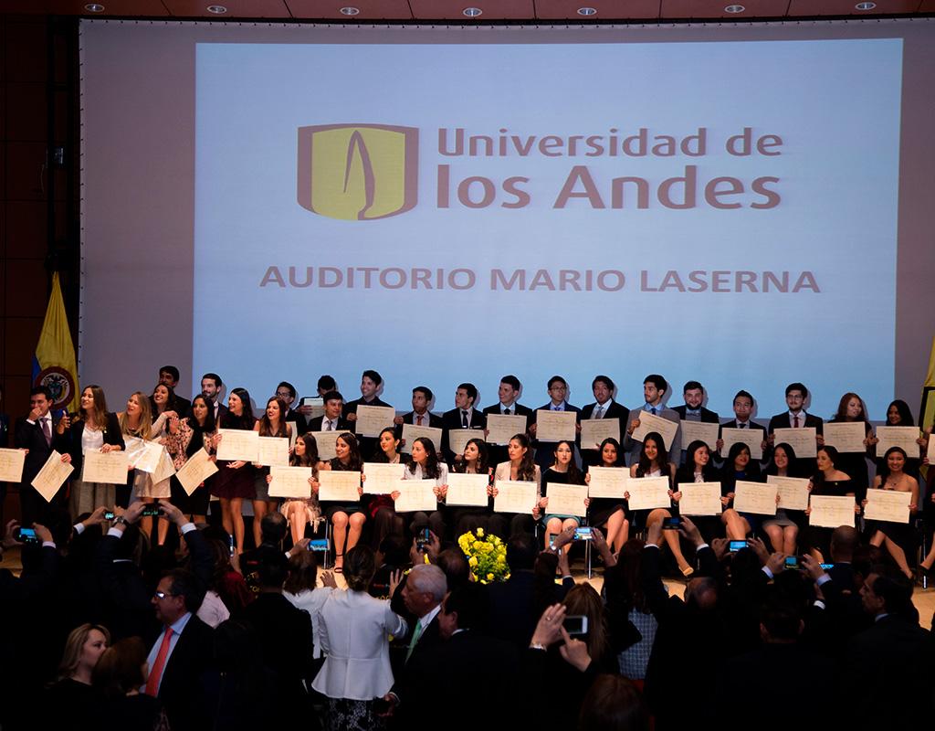 Panorámica de graduandos e invitados aplaudiendo en el cierre de la ceremonia de grados 2018-1.