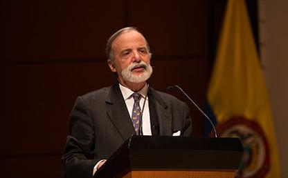 Diego Pizano, miembro permanente del Consejo Superior de la Universidad de los Andes, durante su discurso en la Ceremonia de grados de la Facultad de Medicina 2018-1.