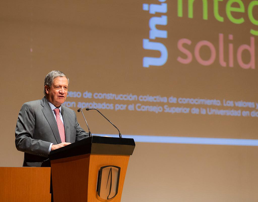 Rector de la Universidad de los Andes ofrece discurso en ceremonia de grados