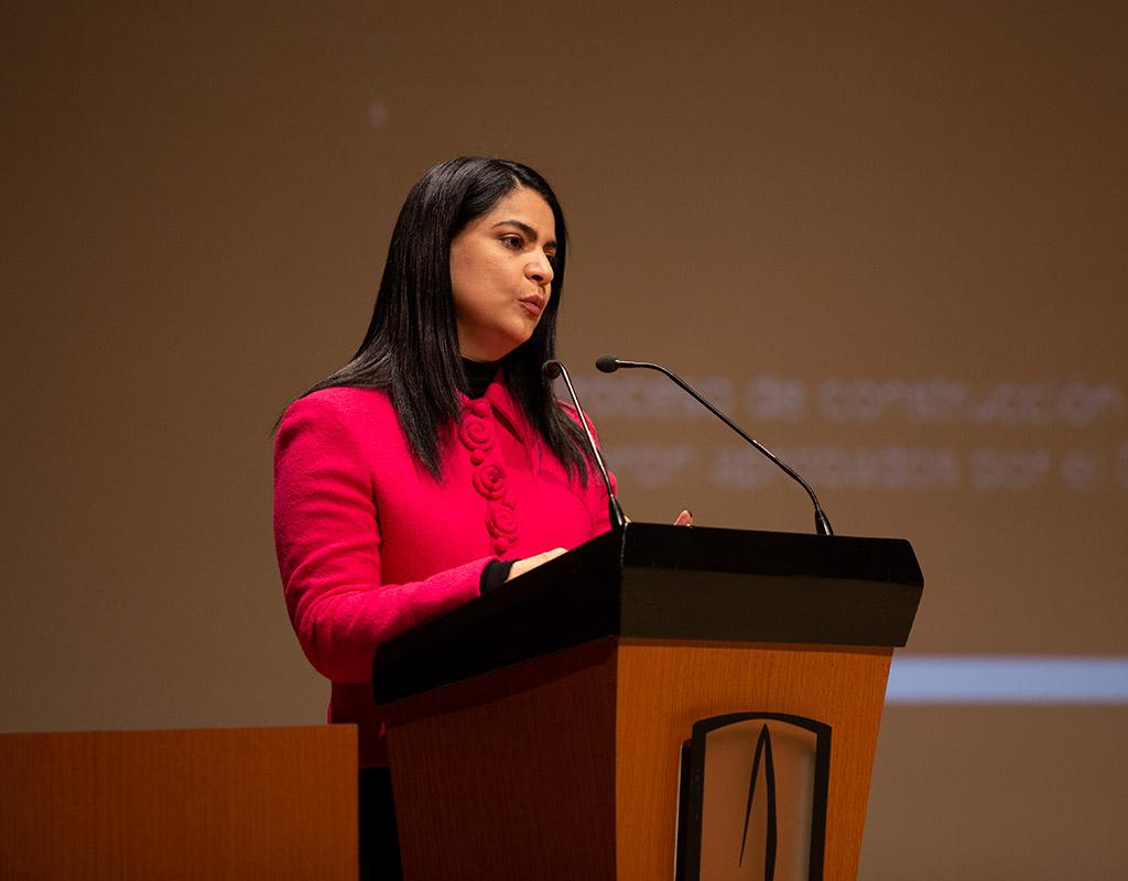 Oradora invitada ofrece discurso en ceremonia de grados Medicina en Uniandes.