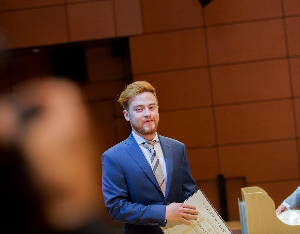 Estudiante recibe su diploma de grado en Uniandes