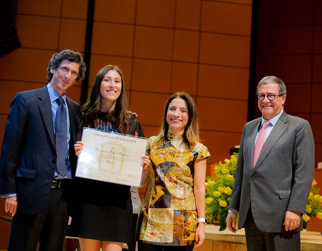 Foto de plano medio de miembros directivos y graduandos de la Universidad de los Andes