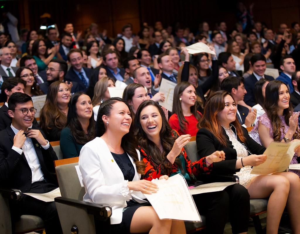 Graduandos aplaudiendo durante ceremonia de graduación de médicos uniandinos en ceremonia 2018-2