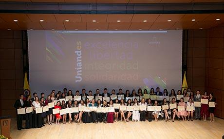 Imagen de los graduandos en ceremonia grados medicina 2019-1