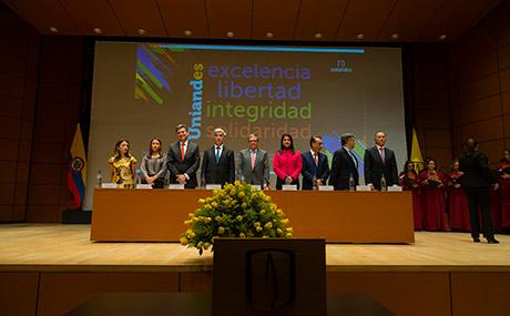 Imagen de los miembros de la mesa directiva en ceremonia grados medicina 2018-2