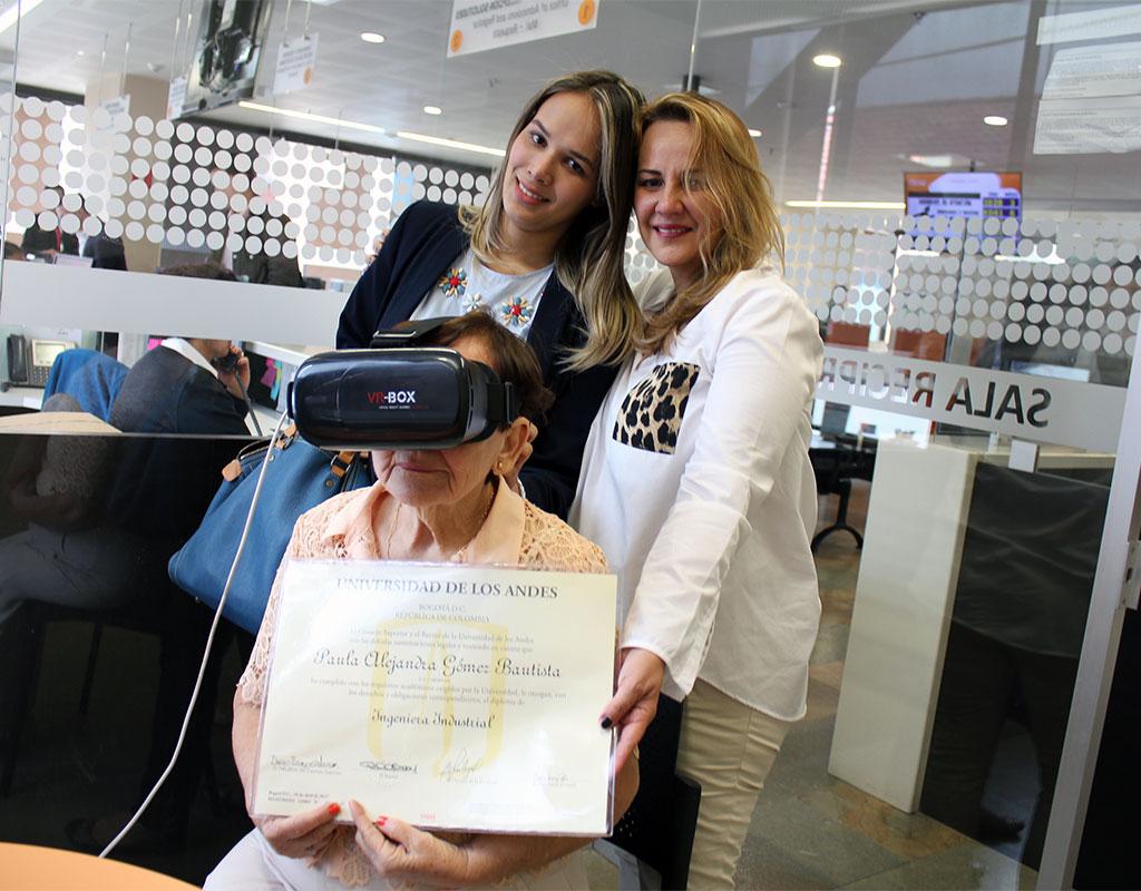 Mujeres mirando a cámara. La mayor tiene gafas de realidad virtual