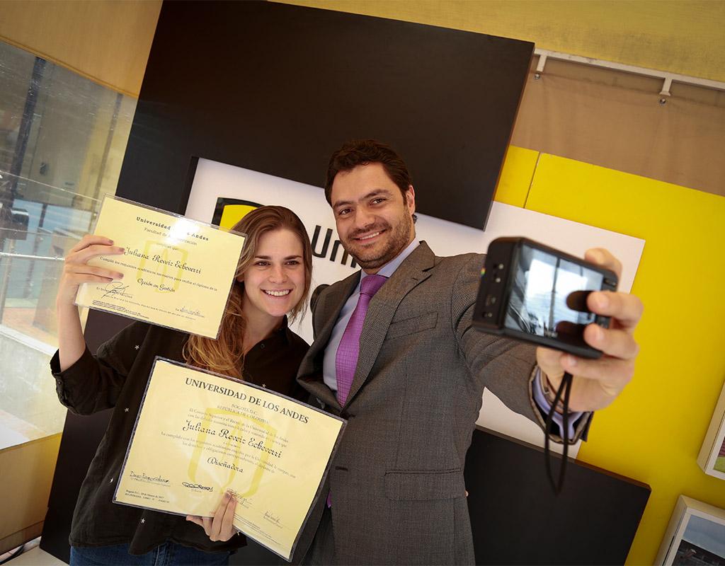 Graduanda y vicerrector de Desarrollo y Egresados Uniandes posan para selfie