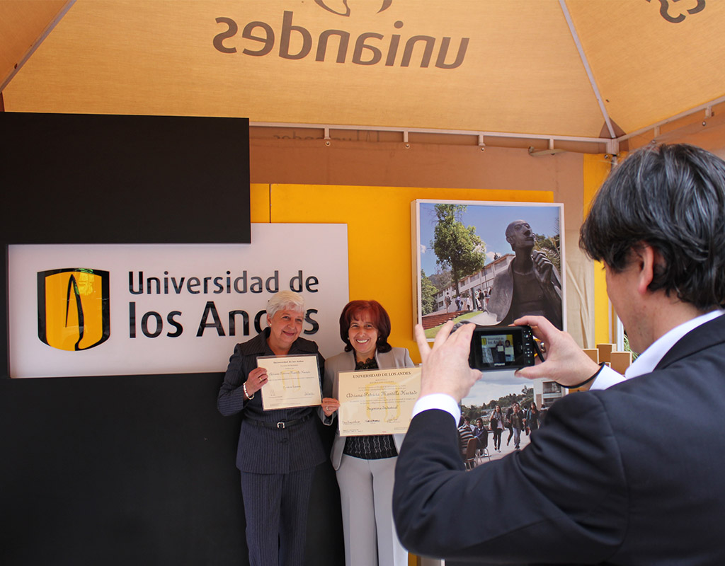Familia posa para foto con diploma de grado