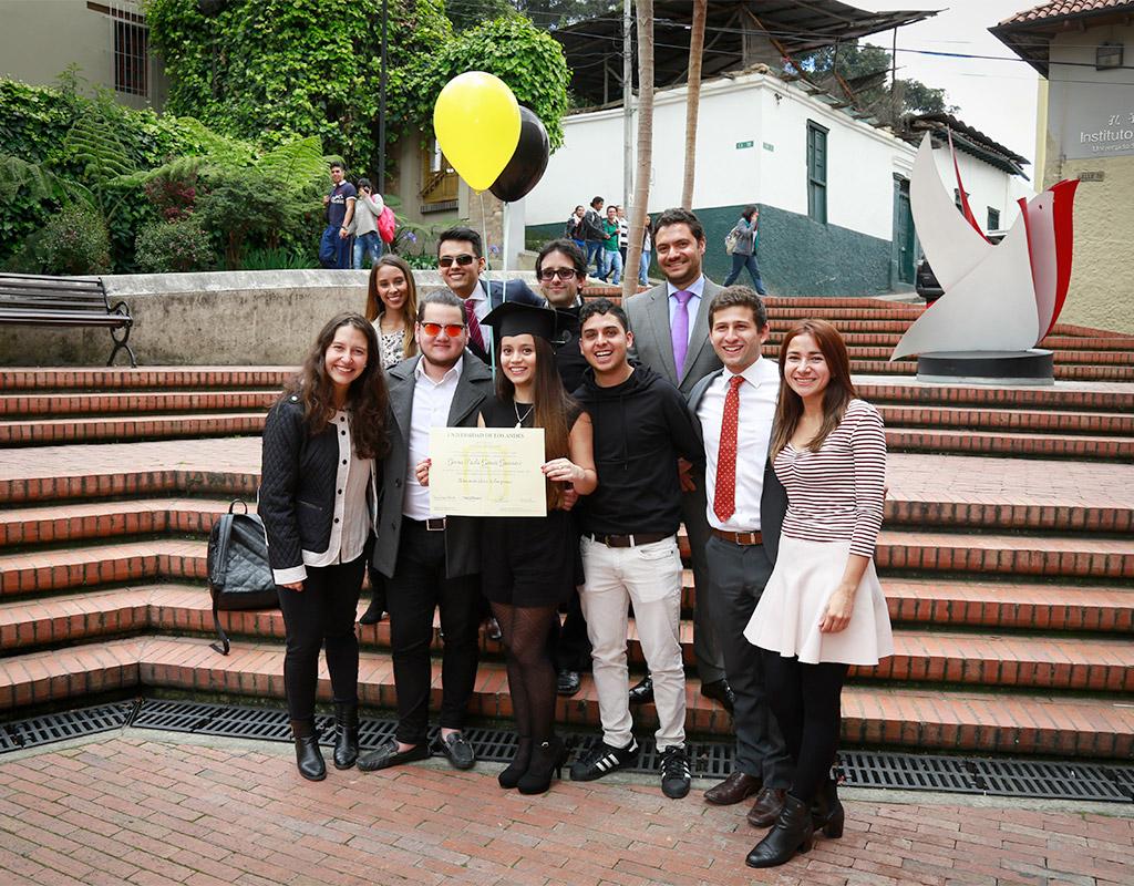 Grupo de personas posan para la foto acompañando a graduanda Uniandes