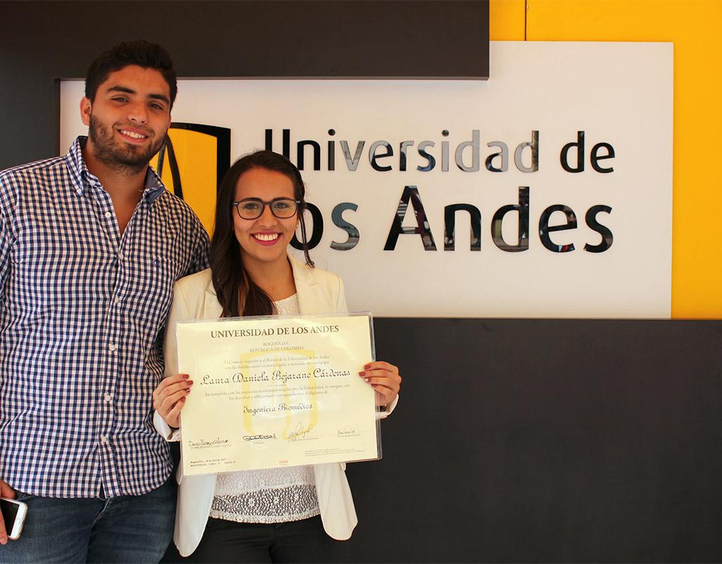 Jóvenes posan frente a escudo de la Universidad de los Andes