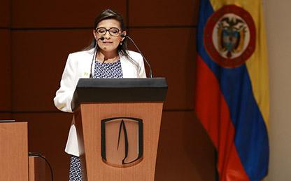Adriana Díaz Manrique, graduanda del Doctorado en Ingeniería pronunciando su discurso en la Ceremonia de grados de posgrado 2017-1.