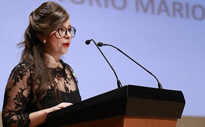 Catalina Mejía frente al atril en el auditorio Mario Laserna, dando su discurso en los grados de posgrado 2017-1