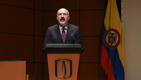 Daniel Bonilla, profesor de la Universidad de los Andes, de frente al atril en el auditorio Mario Laserna