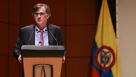 Gabriel Vegalara frente a atril Uniandes dando discurso
