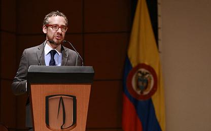 Manuel Salge Ferro, graduando del Doctorado en Antropología ofreciendo su discurso en la ceremonia de grados de Doctorado y Maestrías en Ciencias Sociales.