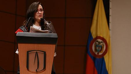 Teresa Gómez Torres, vicerrectora administrativa y financiera de la universidad de los andes frente a atril.