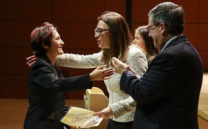 Graduando recibe diploma de manos de Catalina Botero, decana de la Facultad de Derecho y de Pablo Navas, rector de la Universidad de los Andes