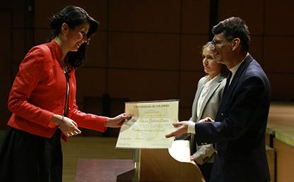 Graduanda recibe diploma de manos del decano de la Facultad de ingeniería, Alfonso Reyes en Ceremonia de grados de posgrado 2017-1.