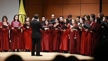 Coro de Uniandes durante presentación en ceremonia de grados