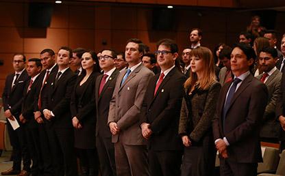 Graduandos haciendo juramento en grados de posgrado de la Universidad de los Andes