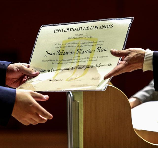 Entrega de diploma de grado durante la ceremonia de grados de posgrado 2017-1