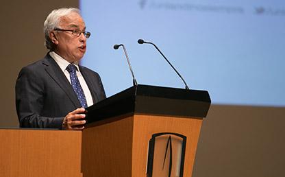 Álvaro Torres Macías ofreciendo discurso en Uniandes