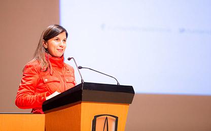 Ana Fernanda Maiguashca ofreciendo discurso Uniandes