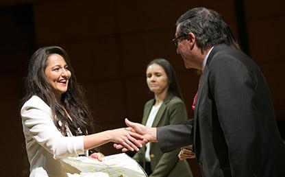 Graduanda de Doctorado en Derecho, Adelaida Ibarra Padilla, recibe el diploma de manos del rector, Pablo Navas.
