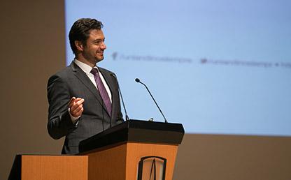 Eduardo Behrentz Valencia ofreciendo discurso en Universidad de los Andes