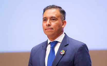 Imagen del orador invitado Fabián Ruiz en grados Uniandes.