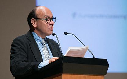 Jaime Humberto Borja durante discurso en Uniandes