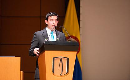 Jesús David Acosta Camacho ofreciendo discurso en grados Uniandes