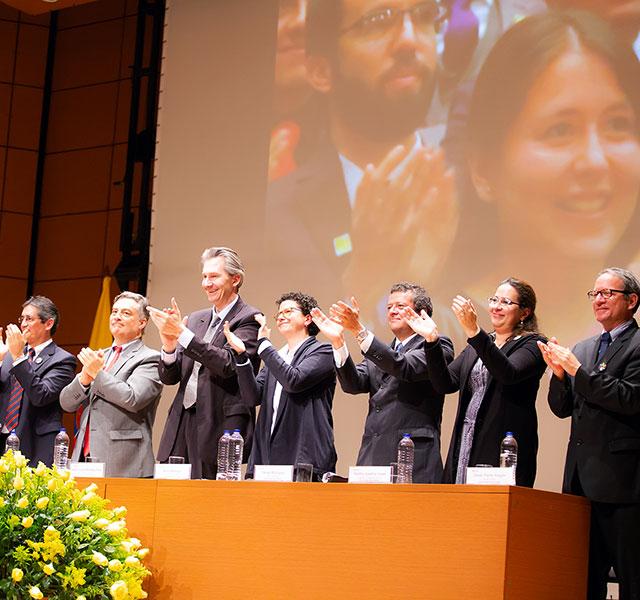 Directivos de la Universidad de los Andes aplauden de pie a los nuevos graduandos