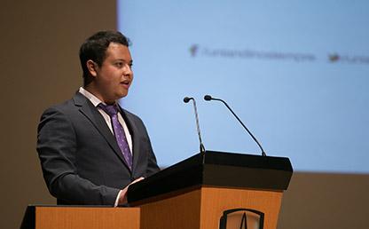 Sebastián Felipe Calcetero Vanegas ofreciendo discurso en Uniandes