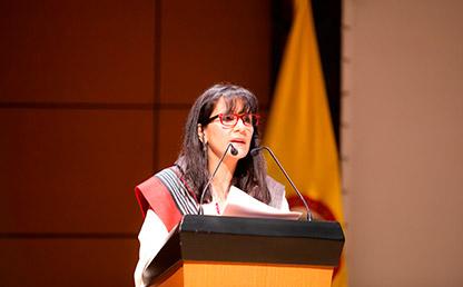 Teresa Gómez Torres dando discurso en la Universidad de los Andes