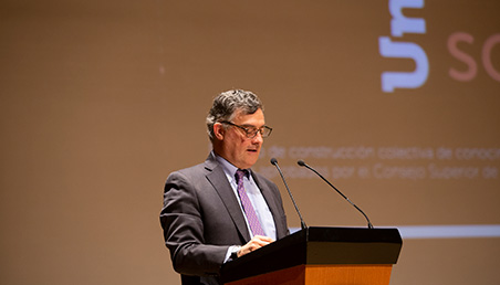 Vicerrector Académico de Uniandes, frente a atril hablando