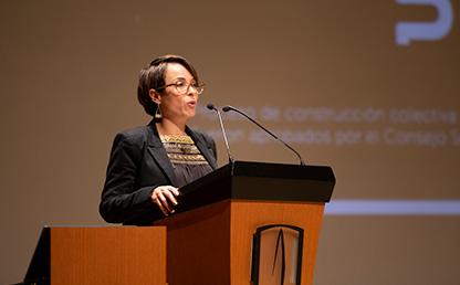 Foto de Diana Marcela Puerta López, Directora de la Maestría en Gerencia Ambiental Uniandes, ofreciendo discurso de grado