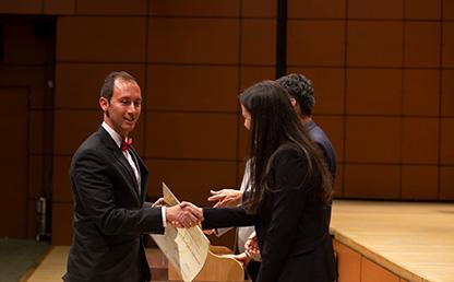 Foto de directivos Uniandes entregando diploma de posgrado