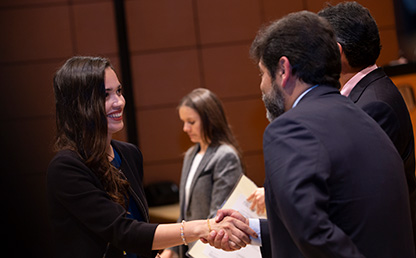 Foto de mujer Recibiendo diploma de posgrado de la Facultad de Administración