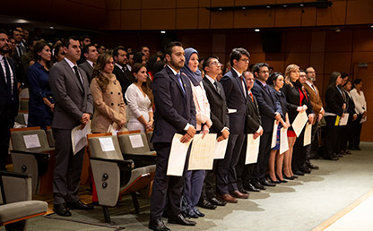 Foto de graduandos en ceremonia de posgrados Uniandes