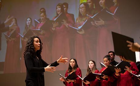 Mujeres del coro Uniandes, cantando durante Ceremonia de grados de posgrados 2018-2